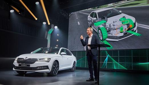 ŠKODA zmienia flagowy model i wprowadza wariant hybrydowy SUPERB iV